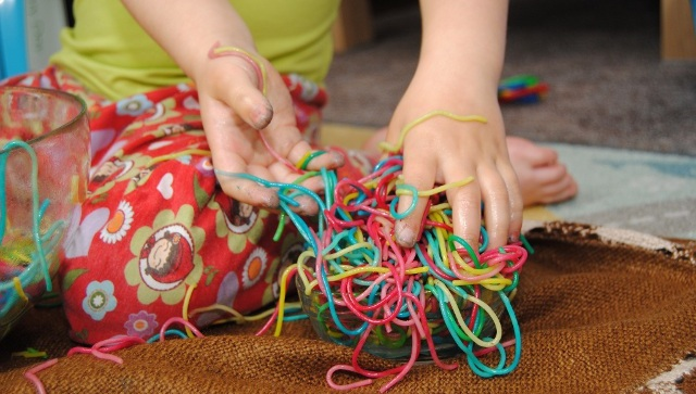 spelen met gekleurde spaghetti